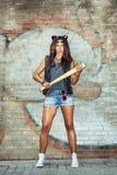 Zła dziewczyna trzyma kij bejsbolowego Obrazy Stock