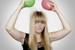 Z elektrycznymi ładownymi balonami blond z włosami dziewczyna Zdjęcia Royalty Free