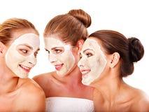 Z facial maską grupowe kobiety. zdjęcie stock
