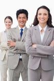 Z fałdowymi rękami businessteam uśmiechnięta pozycja Obrazy Royalty Free