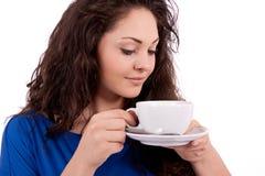 Z filiżanka kawy piękna młoda kobieta Obrazy Royalty Free