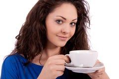 Z filiżanka kawy piękna młoda kobieta Zdjęcie Stock