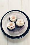 Z fondant delikatnymi biały różami ślubna babeczka Fotografia Royalty Free