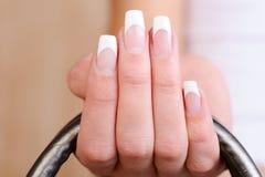 Z francuskim manicure'em eleganccy żeńscy palce obrazy stock