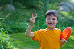 Z frisbee śliczna młoda chłopiec Zdjęcie Stock