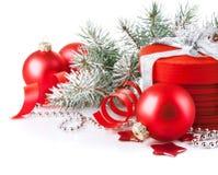 Z gałęziastym firtree bożenarodzeniowy czerwony prezent Zdjęcie Royalty Free