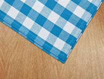 Z gingham błękitny tablecloth kuchnia stół Obraz Stock