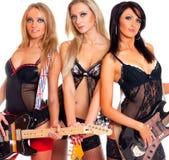 Z gitarami elektrycznymi trzy seksownej żeńskiej gwiazda rocka Zdjęcia Royalty Free