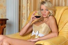 Z glasss piękna kobieta wine w luksusowy inter Fotografia Royalty Free