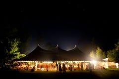 Z gwiazdami widocznymi ślubny nighttime namiot. Zdjęcie Royalty Free