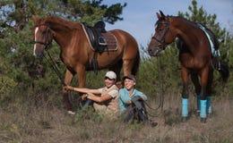 Z ich pięknymi koniami dwa uśmiechniętej dziewczyny Obraz Stock