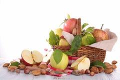 Z jabłkami łozinowy kosz Zdjęcie Stock