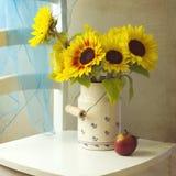 Z jabłkiem piękny słonecznikowy bukiet Obraz Royalty Free