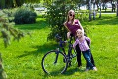z jeździeckim córki jej bicyc potomstwo szczęśliwa matka Obraz Stock
