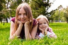 Z jej córką potomstwo szczęśliwa matka Zdjęcie Royalty Free