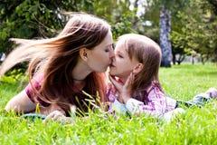 Z jej córką potomstwo szczęśliwa matka Zdjęcie Stock