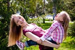 Z jej córką potomstwo szczęśliwa matka Zdjęcia Stock