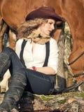 Z jej czerwonym koniem śliczny cowgirl. obraz stock