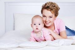 Z jej dzieckiem uśmiechnięty macierzysty lying on the beach obraz royalty free