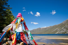 Z jezioro krajobrazem krajobraz modlitewne flaga Fotografia Royalty Free