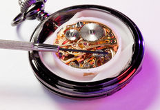 Z jubilera śrubokrętem antykwarski zegarek obrazy stock