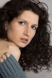 Z kędzierzawym włosy piękna brunetka Fotografia Royalty Free