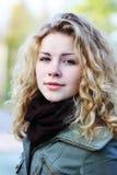 Z kędzierzawym hai blondynki dziewczyna Fotografia Stock