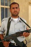 Z Kałasznikowem irakijski policjant Obrazy Royalty Free