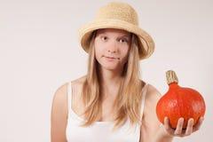Z kapeluszem żniwo dziewczyna mienia banią jest Zdjęcia Stock