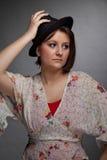 Z kapeluszem brunetki smutna przyglądająca młoda kobieta Zdjęcia Royalty Free