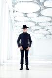 Z kapeluszem moda czarny daleki zachodni nowożytny mężczyzna Fotografia Stock