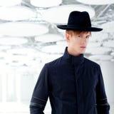 Z kapeluszem moda czarny daleki zachodni nowożytny mężczyzna Zdjęcia Stock