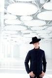 Z kapeluszem moda czarny daleki zachodni nowożytny mężczyzna Obrazy Stock