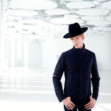 Z kapeluszem moda czarny daleki zachodni nowożytny mężczyzna Obraz Stock