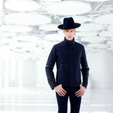 Z kapeluszem moda czarny daleki zachodni nowożytny mężczyzna Zdjęcia Royalty Free
