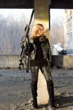 Z karabinem niebezpieczna młoda kobieta Zdjęcia Royalty Free