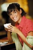 Z kawą uśmiechnięta dziewczyna zdjęcie stock
