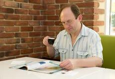 Z kawą szczęśliwy starzejący się mężczyzna Zdjęcia Royalty Free