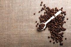 Z kawowymi fasolami drewniana łyżka Zdjęcie Royalty Free