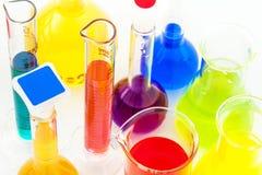 Z kolorów cieczami chemiczne kolby fotografia royalty free