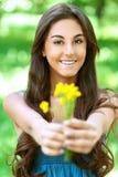 Z kolor żółty ciemnowłosa młoda kobieta Fotografia Royalty Free