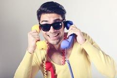 Z kolorowymi telefonami centrum telefoniczne śmieszni mężczyzna Obrazy Royalty Free