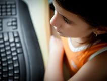 Z komputerem dziewczyny łaciński działanie Fotografia Royalty Free