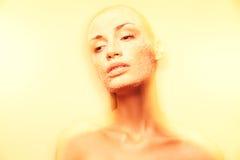 Z kreatywnie złotym makeup mistyczna młoda kobieta Zdjęcie Stock