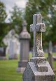Z krucyfiksem cmentarza Headstone. Obrazy Stock