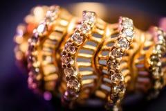 Z kryształami złoto pierścionek fotografia stock