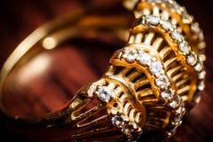 Z kryształami złoto pierścionek zdjęcia stock