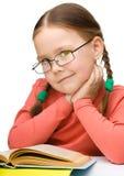 Z książką śliczna rozochocona mała dziewczynka Fotografia Royalty Free