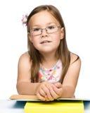 Z książką śliczna rozochocona mała dziewczynka Zdjęcia Stock