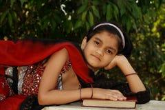 Z książką młoda Azjatycka dziewczyna Zdjęcia Royalty Free